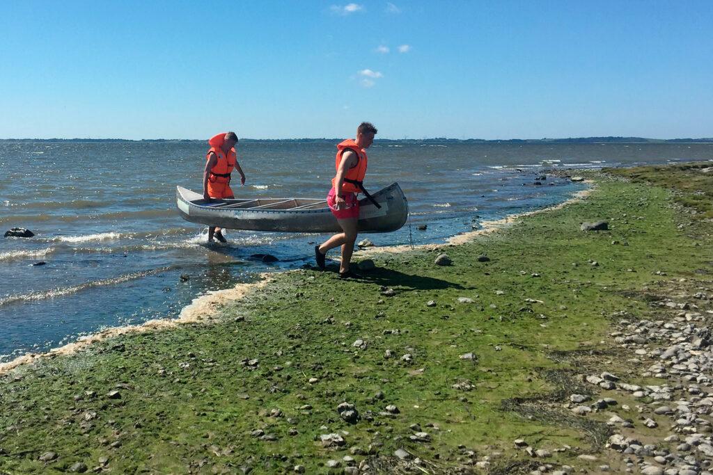 Drenge der bærer en kano