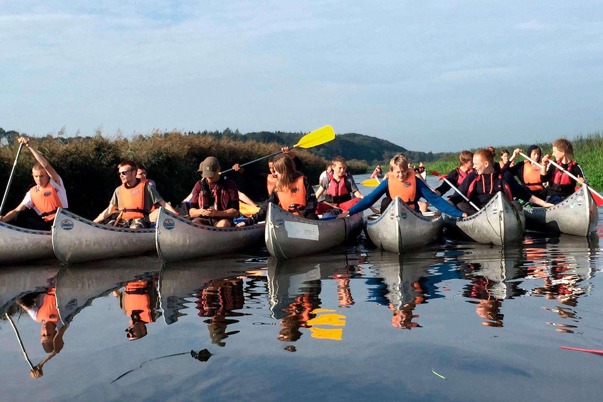 Elever sejler i kano