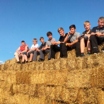 Drenge der sidder på hen bunke almballer