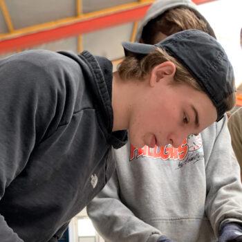 Drenge arbejder i værkstedet