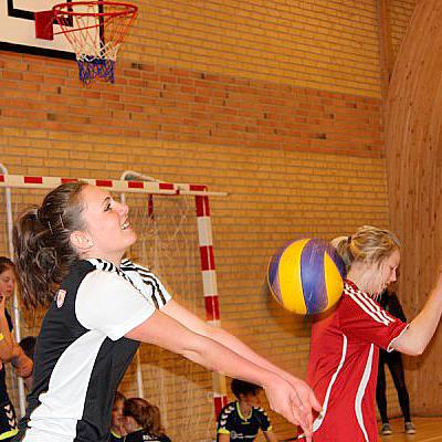Piger spiller volleyball